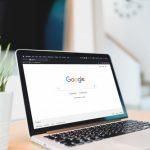 notebook aberto exibindo o logo do google